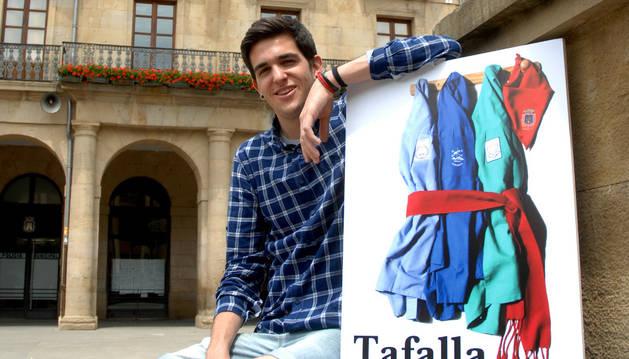 Iván Velasco Iborra, con el cartel ganador.