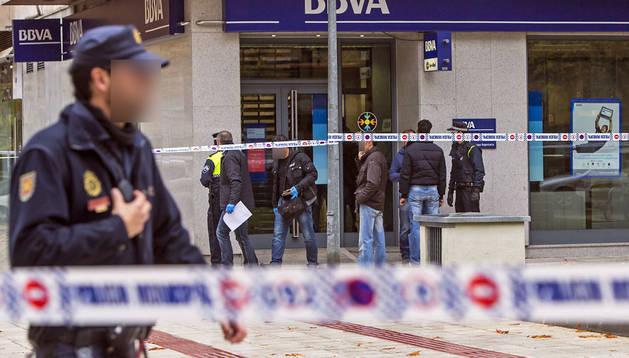 Agentes de la Policía Nacional y Policía Municipal de Pamplona, junto al banco donde ocurrió el atraco