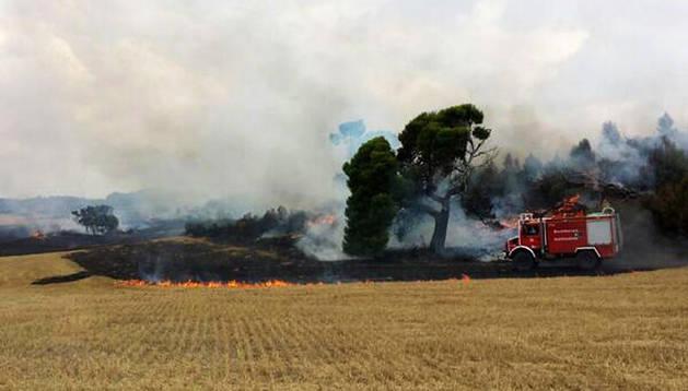 Un camión de los bomberos trabaja en la zona afectada por las llamas