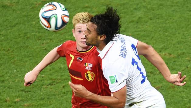 El norteamericano Chris Wondolowski despeja ante el goleador de Bélgica, Kevin De Bruyne