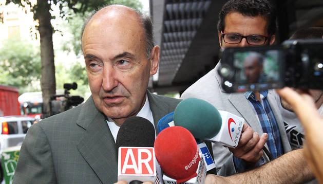 El abogado de la infanta Cristina, Miquel Roca, realiza declaraciones a los periodistas a las puertas de su despacho