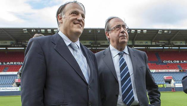 El presidente de la Liga de Fútbol Profesional, Javier Tebas, junto al gerente de Osasuna, Ángel Vizcay, en una imagen tomada el año pasado en el estadio de El Sadar
