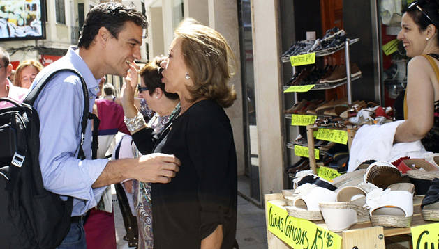 Pedro Sánchez saluda a una simpatizante en una calle de la localidad de Puertollano
