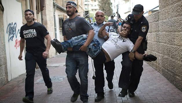 Policías israelíes detienen a un manifestante judío de extrema derecha.
