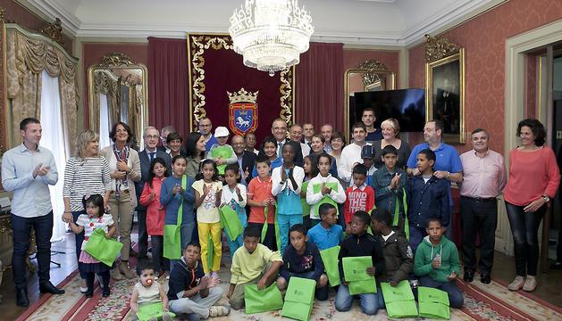 El alcalde de Pamplona, Enrique Maya, junto a los niños saharauis que este miércoles han acudido al Ayuntamiento