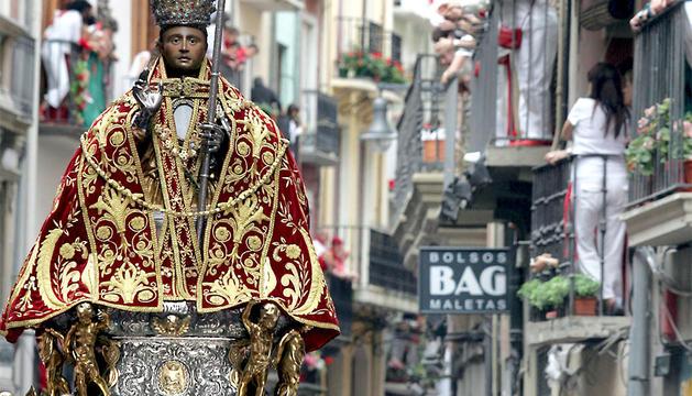 Procesión de San Fermín a su paso por la calle Mayor.