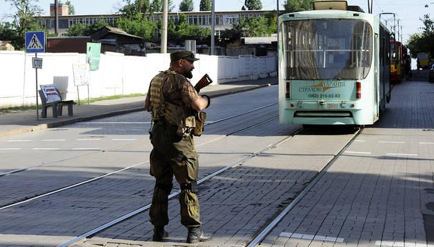 Un militar prorruso interrumpe el tráfico del tranvía en Donetsk
