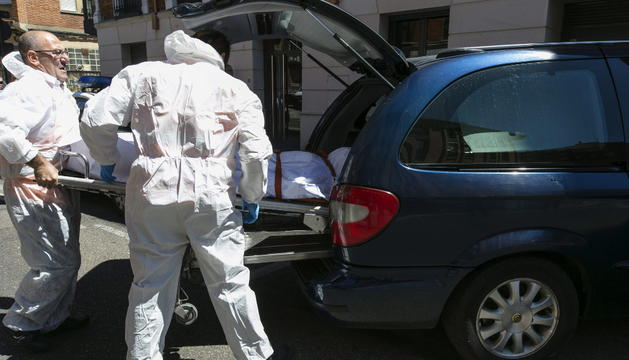 Traslado del cadáver que la Policía encontró calcinado en la bañera de una vivienda que se incendió en Valladolid