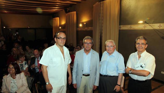 De izda. a dcha., Luis Fernández, director de la UNED de Tudela; Chema Cenzano, Matías Escribano, periodista; y Pepe Alfaro.