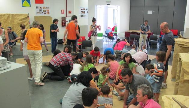 Varios participantes realizan actividades durante el taller.