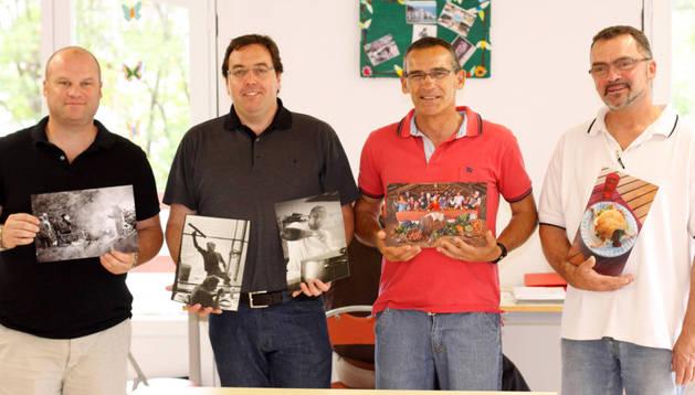 Miembros del jurado sosteniendo las fotografías premiadas.