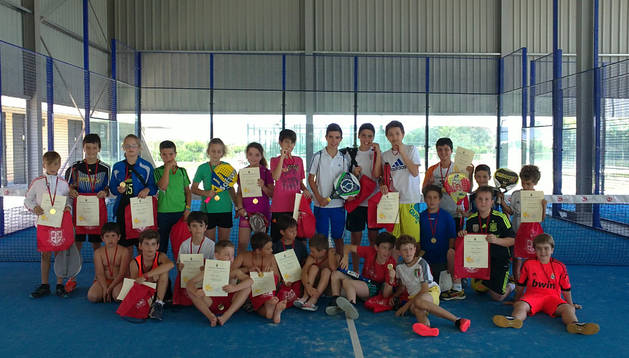 Los niños participantes en el torneo de pádel municipal de San Adrián con sus diplomas y mochilas.