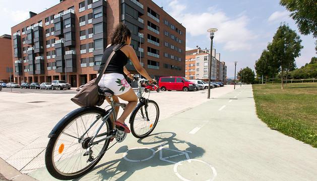 Una joven circula en bicicleta por un tramo con carril bici en Pamplona