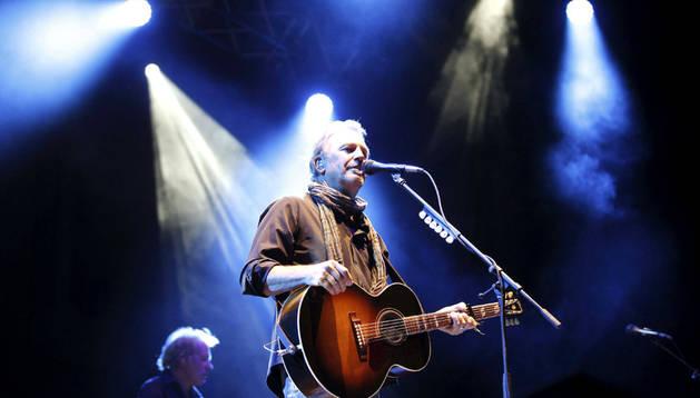 Kevin Costner en su concierto de Barcelona