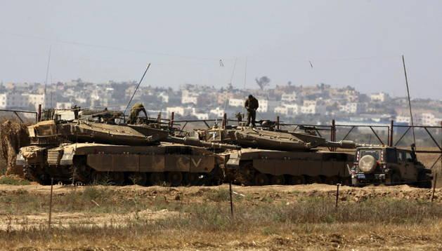 Tanques israelíes desplegados en la frontera con la Franja de Gaza este jueves