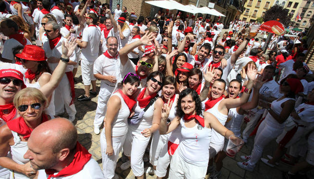 Numerosas personas disfrutan en la calle en un día del chupinazo de fiestas de Tudela