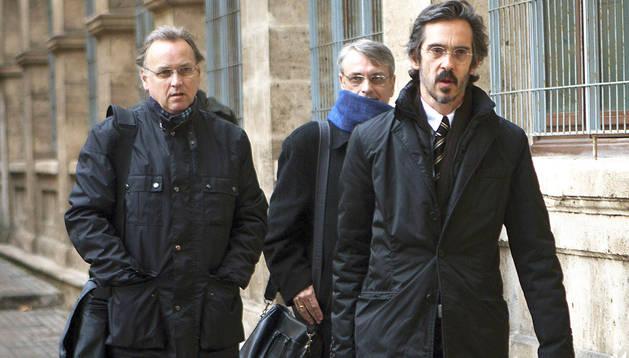 Los hermanos Marco Antonio (izda.) y Miguel Tejeiro (centro), junto a su abogado llegan a los juzgados de Instrucción de la capital balear para declarar ante el juez José Castro