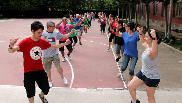 Ensayo en el patio del colegio Elvira España de las danzas que se bailarán cada noche de fiestas de Tudela en la plaza de los Fueros