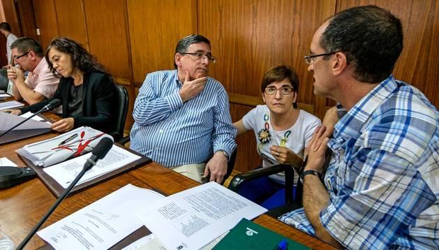 Los ediles Ricardo Gómez de Segura (NaBai), María Victoria Martín (Bildu) y Jesús Javier Martínez de Carlos (IUN-NEB) momentos antes del pleno.