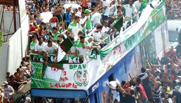 La afición argelina se lanzó a las calles para recibir como héroes a sus futbolistas