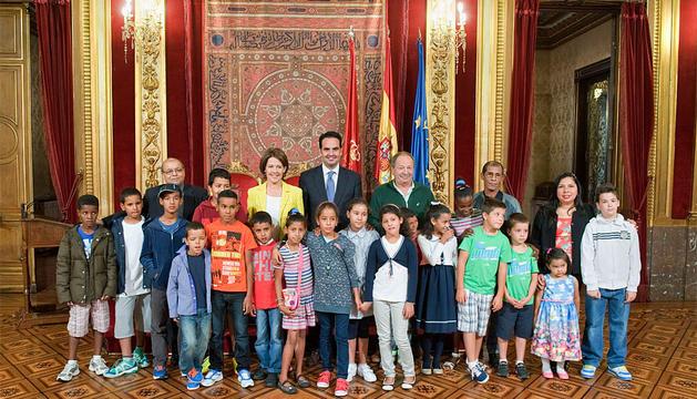 Los niños saharauis, en el salón del trono.