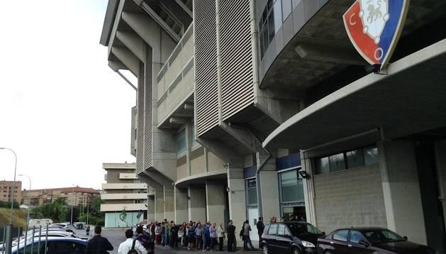 Casi un centenar de personas guarda cola ante las oficinas de Osasuna en el estadio de El Sadar