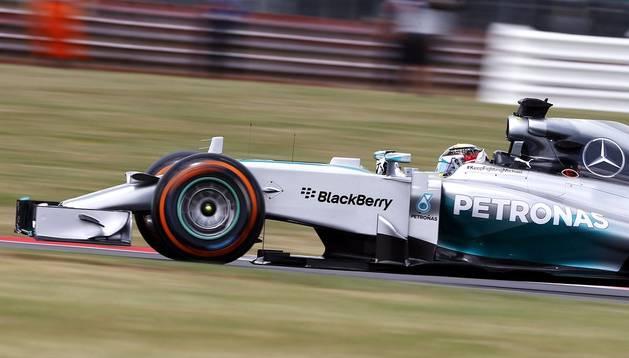 El piloto británico de Fórmula Uno Lewis Hamilton, de la escudería Mercedes AMG, conduce su monoplaza durante la segunda sesión de entrenamientos libres