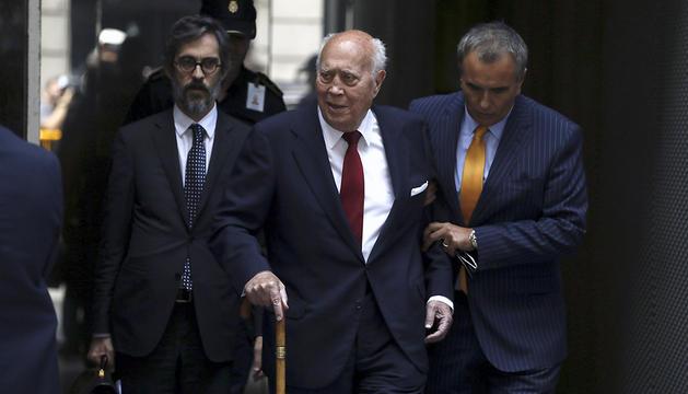El extesorero del PP Álvaro Lapuerta (c) a su salida de la Audiencia Nacional