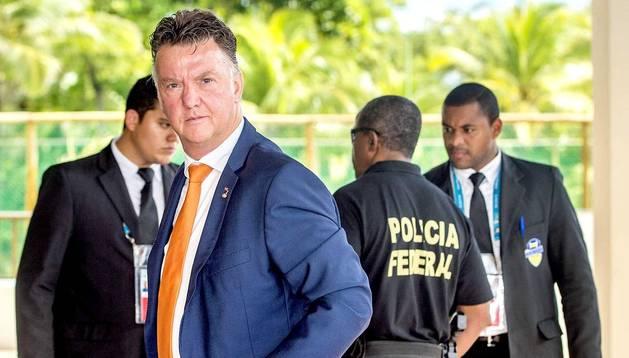 El técnico holandés Louis Van Gaal, a su llegada al hotel de concentración en Salvador