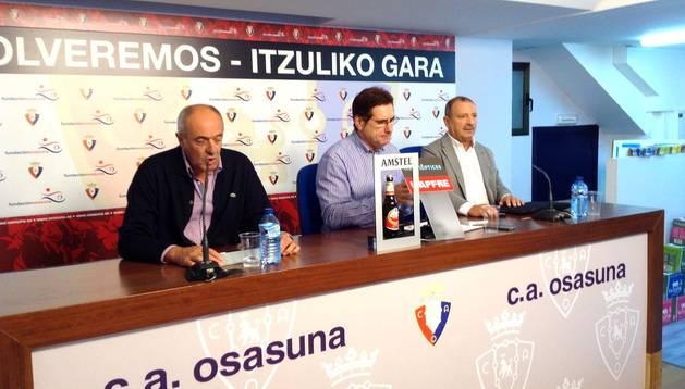 Luis Ibero (izda.), Javier Zabaleta (centro) y Pedro Zudaire (dcha.) durante la rueda de prensa en El Sadar