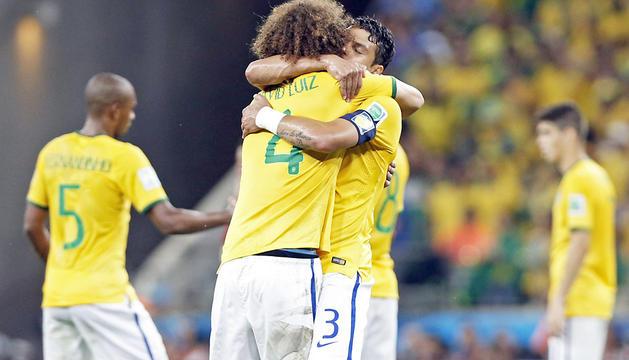 David Luiz celebra la victoria abrazado a Thiago Silva