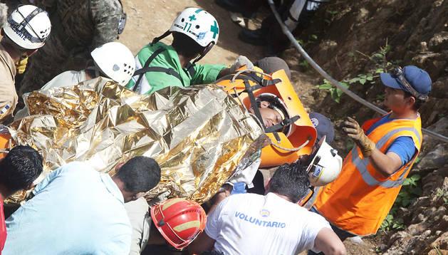 Mineros hondureños y la Cruz Verde salvadoreña rescatan a uno de los tres trabajadores que sacaron del pozo