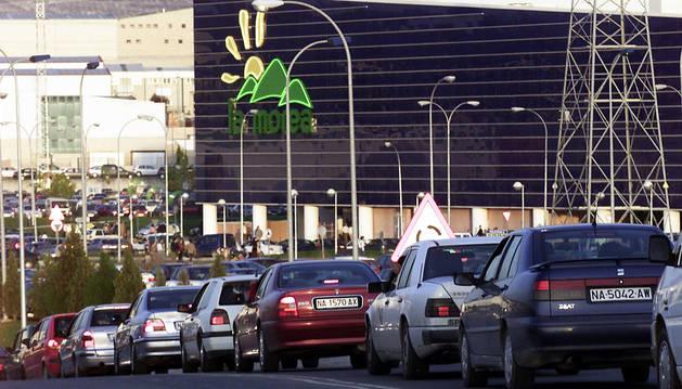 Imagen de archivo de un atasco a la entrada del parque comercial.