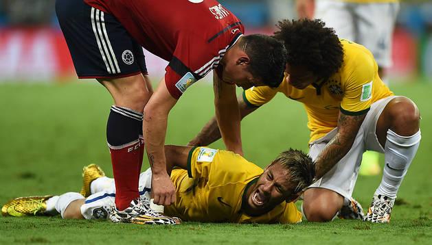 Neymar se duele en el césped mientras James Rodíguez y Marcelo se preocupan por él