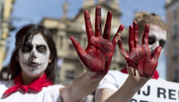 Activistas del PETA y de Anima Naturalis durante la protesta en Pamplona