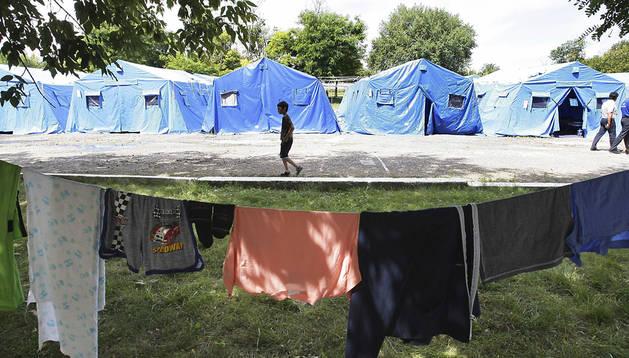 Un niño refugiado camina entre tiendas en un campo de refugiados en el que viven habitantes de las ciudades ucranianas de Slaviansk
