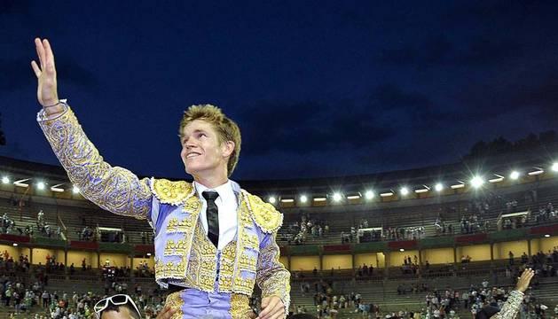 El novillero sevillano Borja Jiménez salió a hombros de la plaza de toros de Pamplona tras cortar tres orejas en la novillada.