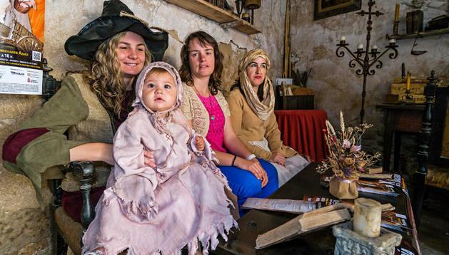 Desde la izda., Ana Merino, Miriam Díaz de Cerio y  María Jesús Zabaleta de la comisión organizadora
