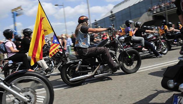 Varios participantes sobre sus Harley Davidson en Barcelona.