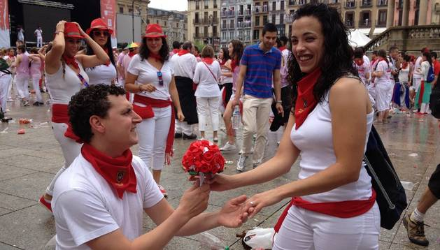 Los valencianos Eduardo Vigo y María López se prometieron matrimonio durante el chupinazo en la Plaza del Castillo