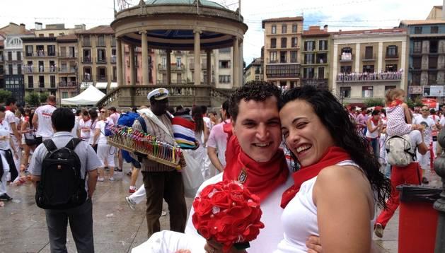 Los valencianos Eduardo Vigo y María López se prometieron matrimonio en la Plaza del Castillo