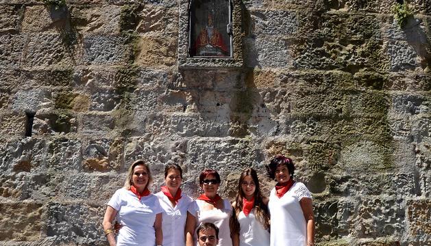 De izda. a dcha., Mercedes, Cristina, Feli, Alba y Maite, con Pablo, el hijo de Merdeces