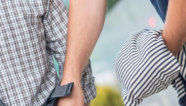 Un hombre sufre el robo de su cartera. En la mayoría de los casos, la víctima ni se percata.