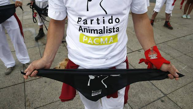 Una persona sujeta un pañuelo negro en la protesta del PACMA en Pamplona