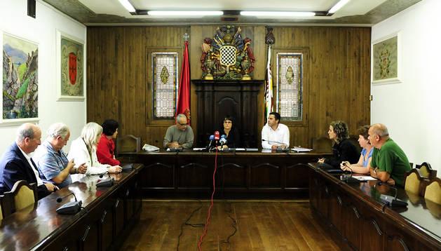 La alcaldesa Garbiñe Elizegi presidió el Pleno. Acudieron Leopoldo Jaen, José Mª Garmendia, Mª Carmen Iribarren, Begoña Sanzberro, Maite Oteiza y Maitane Maritorena, Florentino Goñi e Iñigo Iturralde