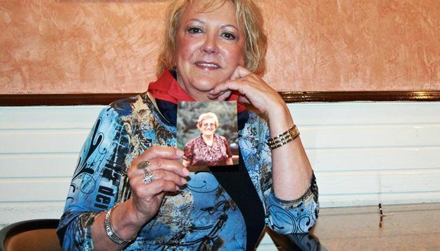 Blanca, la hija de 'la teacher', muestra una foto de su madre