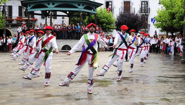 Los ezpatadantzaris de Lesaka bailando en la plaza Vieja, la misma dantza que sobre el Onin, denominada Ziartakoa.