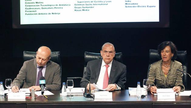 El ministro de Educación, J.I. Wert, el presidente de laOCDE, A. Gurría y la presidenta de la Fundació CYD, A.P. Botín, en la presentación de un informe.