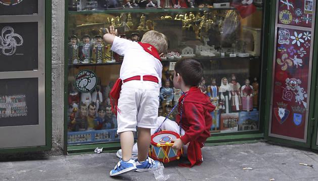 La calle, teñida de rojo y blanco por grandes y pequeños