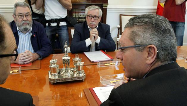 Los líderes de UGT y CC OO, en su reunión con Gallardón